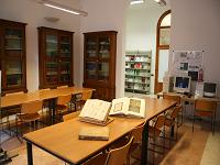 Sala lettura 1 di via Jappelli con libri antichi