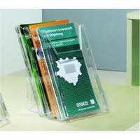Foto di espositore a scomparti in plexiglass con brochures colorate